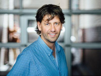 Hinterhof und Fensterlicht: Mitarbeiter-Portraits on location